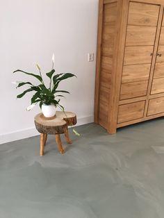 Op advies van interieurstyliste Heddeke Peperkamp van Styling & Zo kozen onze klanten voor een gemêleerde groene PU vloer. Het resultaat is prachtig! Project in Heemskerk, uitgevoerd door Vloer & Zo.