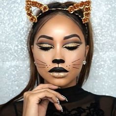 Are you looking for ideas for your Halloween make-up? Navigate here for scary Halloween makeup looks. Cat Halloween Makeup, Halloween Looks, Scary Halloween, Halloween Make Up Cat, Cat Costume Makeup, Black Cat Halloween Costume, Pretty Halloween Costumes, Scarecrow Makeup, Clown Makeup