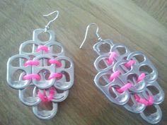 Oorbellen gemaakt van bliklipjes en touw Soda Tab Crafts, Can Tab Crafts, Tie Crafts, Bottle Cap Crafts, Recycled Jewelry, Recycled Crafts, Metal Crafts, Pop Top Crochet, Pop Top Crafts