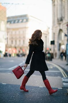 There's nothing chic about wet feet! Love these boots. Red Hunter Boots, Red Rain Boots, Hunter Boots Outfit, Snow Boots, Casual Winter Outfits, Fall Outfits, Cute Outfits, Outfit Winter, Travel Outfits