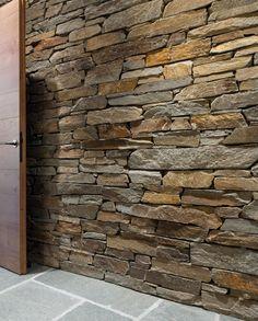 Gleicher Naturstein für Trockenmauerwerk und Badezimmer