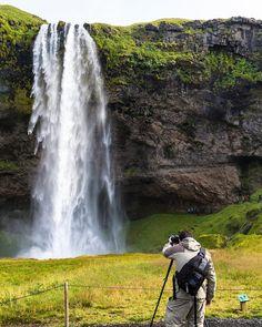Viva o Dia Mundial da Fotografia!   Pra comemorar compartilhamos um making of de uma foto da nossa viagem a Islândia.  Enquanto o Nerd @heldergr está concentrado no registro da cachoeira Seljalandsfoss a Nerd @lbroliveira registra o trabalho e a paisagem. Seljalandsfoss - Islândia  Setembro/2015  #NerdsNaIslândia