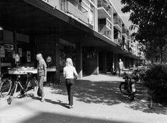 Datering (vanaf): 1976-01-01 Datering tot: 1976-12-31 Beschrijving: De winkelgalerij aan de Mgr. Nolenslaan tussen de Piersonstraat en de Van Heuven Goedhartstraat.