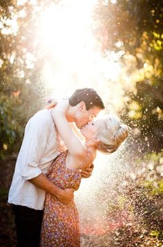 throw glitter, kiss, idea, engagement photos, glitter engagement photo, photography couples, engagement photography, light, engag photo