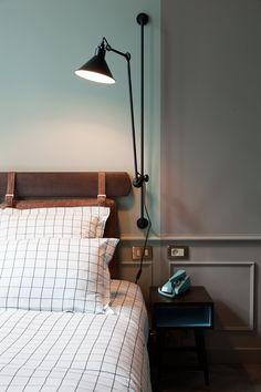 Chambre hôtel Tête de lit cuir Liseuses noire Linge de lit à carreaux Restaurant The Hoxton Paris