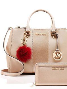 Mix and match a MICHAEL Michael Kors handbag, wallet and pom charm to create her perfect holiday gift.  Diese und weitere Taschen auf www.designertaschen-shops.de entdecken