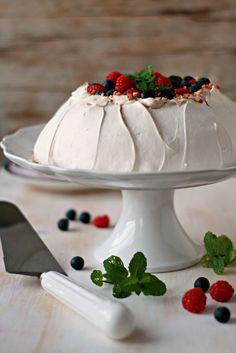 Pavlova Clássica - Basta Cheio Bolo Pavlova, Mini Pavlova, Baked Alaska, Devils Food, Cupcakes, Panna Cotta, Deserts, Good Food, Food And Drink