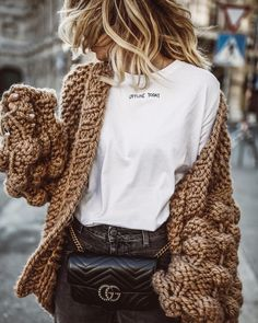 Chilly weather calls for cozy clothes. Wrap yourself in a thick woven cardigan for casual days while sipping cocoa. Who says comfortable can't be stylish? Fashion Blogger Style, Fashion Mode, Look Fashion, Street Fashion, Fashion Trends, Fashion Bloggers, Fashion Fall, Fashion Blogger Instagram, 90s Fashion