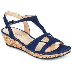 Mallina sandaali, uutukainen on saapunut mallistoon merkiltä JB Martin ! Täydellinen sekoitus tyylikkyyttä ja mukavuutta : Badia mallista löytyy remmit sekä kumipohja. Todella miellyttävä käyttää, tässä kengässä yhdistyy nahkapohjallinen ja nahkavuori. Tämän sandaalin tyylikkyys tulee esiin 5cm korossa. - Väri : Blue - kengät Naiset 112,00 €