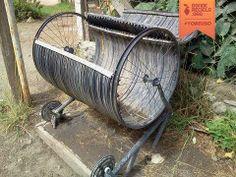 Aprovechando un bidón viejo y unas ruedas de bicicleta, convirtiéndolos en lugar de pasto para el ganado.