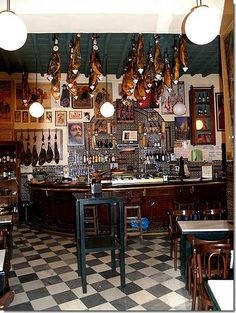 Tapas´s Bar in Seville (Spain) / Bar de tapas en Sevilla (España) Cafe Bar, Cafe Restaurant, Cadiz, Granada, Wonderful Places, Beautiful Places, Spanish Holidays, Spanish Tapas, Tapas Bar