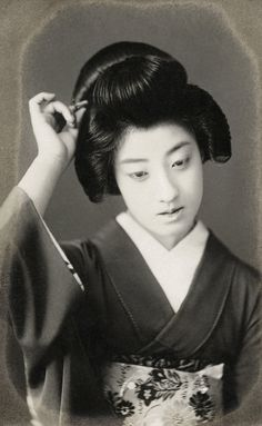Japan, Geiko (Geisha) Ichiyuu with a Fan, often pictured with Tomigiku adjusting her Hairpin. Geiko (geisha) Tomigiku was described by contemporaries as possessing a glamorous beauty that made all humanity sigh :: Text + Images via Blue Ruin. Vintage Photographs, Vintage Photos, Geisha Book, Japanese Photography, Japanese Folklore, Japan Photo, Turning Japanese, Japanese Beauty, Japan Fashion