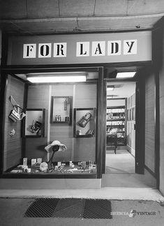 """Negozio """"For Lady"""" - Via Dante - anni 60 http://www.bresciavintage.it/brescia-antica/arti-e-mestieri/negozio-for-lady-via-dante-anni-60/"""