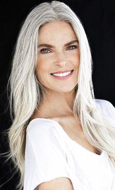 Grey is the new Black: 30 Frisuren für graue Haare - Hair Style Long Gray Hair, Silver Grey Hair, Natural Hair Styles, Long Hair Styles, Ageless Beauty, Great Hair, Hair Inspiration, My Hair, Blonde Hair