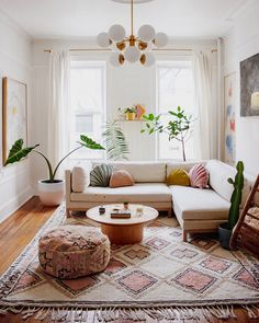 Colorful Bohemian Modern Brooklyn Apartment + How To Get The Look bohemian living room decor Colorful Bohemian Modern Brooklyn Apartment + How To Get The Look — Living Room Mirrors, Living Room Sets, Rugs In Living Room, Interior Design Living Room, Home And Living, Living Room Designs, Modern Living, Small Living, Wall Mirrors