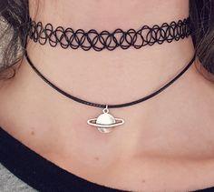 Niedliche kleine 20mm tibetischen Saturn Planet Silberanhänger, auf eine einstellbare schwarzem Nylon Schnur Halsreif. Länge des Netzkabels ist 12 + 1,5 Erweiterung Kette (30,5 cm + 4 cm). Schließt auf der Rückseite mit einem Karabinerverschluss. Erhalten Sie eine entsprechende Tätowierung Choker hier: https://www.etsy.com/listing/226981227/tattoo-choker-90s-choker-grunge Wenn Sie eine unterschiedliche Länge Schnur möchten, fügen Sie einfach einen kleinen Hinweis un...