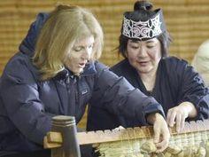アイヌ民族博物館を訪れ、アイヌの伝統的な花ござ製作を体験するケネディ大使(3日午後、北海道白老町で)=上甲鉄撮影