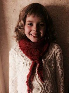 Det er ikke enkelt å få kjøpt delikate og varme sjal, i god kvalitet, til barn. Ofte er de laget av blandingsgarn med mye syntetisk materiale. Da min venninne ønsket seg myke ullsjal til sin datter Cornelia, laget jeg en egen variant i alpakka.
