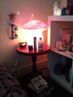 """Ma lampe de chevet est un champignon rose Egmont Toys, achetée sur la Redoute il y a 2 ans. J'adore son côté régressif, avec le rappel """"forêt"""" que j'aime tant."""