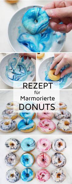 Rezept: Mini Donuts backen und mit Marmormuster verzieren. Die marmorierten Mini Donuts sind der Hit für deine nächste Donut Party!