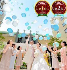 結婚式場写真「青空に祝福されたガーデン挙式もOK。ゲストと一緒に行う挙式後のバルーンリリース」 【みんなのウェディング】
