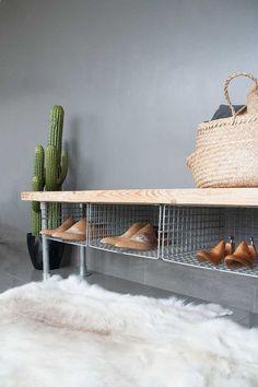 Inspiration für DIY-Schuhregal aus Holz und Metall Laundry Room Storage, Shoe Storage Rack, Diy Storage, Shag Rug, Plastic Containers, Throw Pillows, Rugs, Bench, Web Images