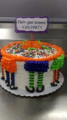 Park your brooms. Let's party! Halloween Desserts, Bolo Halloween, Pasteles Halloween, Recetas Halloween, Halloween Goodies, Halloween Food For Party, Halloween Cupcakes, Halloween Treats, Halloween Cake Decorations