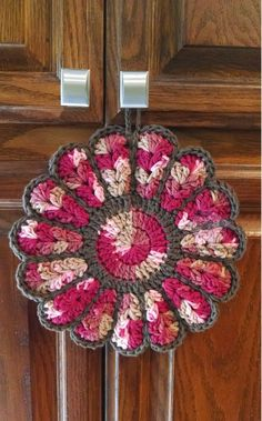 Flower Potholders - Free crochet pattern.  These make great gifts and are really pretty in the kitchen.   www.thepurpleponcho.com