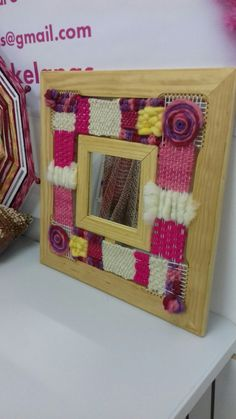 TELAR DECORATIVO CON ESPEJO Four Square, Lana, Diy And Crafts, Projects To Try, Weaving, Frame, Home Decor, Christmas Crafts, Fabric Handbags