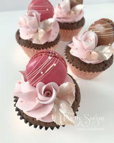 Rose gold pink macaron cupcakes Gold Cupcakes, Flower Cupcakes, Wedding Cupcakes, Cupcake Recipes, Snack Recipes, Macaron Cake, Luxury Cake, 40th Birthday Cakes, Sugar Cake