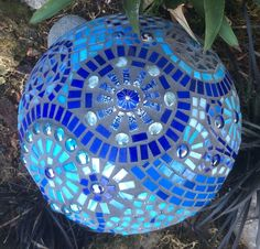 Creative and Inspiring Garden Decorating Ideas For Summer – DIY Bowling Ball Yard Art Blue Mosaic Mushroom viewed from the top Bowling Ball Crafts, Bowling Ball Garden, Mosaic Bowling Ball, Bowling Ball Art, Mosaic Garden Art, Mosaic Diy, Mosaic Crafts, Mosaic Projects, Mosaic Glass