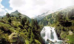 Forau de Aiguallut (Aragón). En el Pirineo aragonés se encuentra este mágico lugar en el que desaparecen las aguas recién nacidas de los hielos del glaciar del Aneto, que caen formando una espectacular cascada.