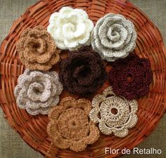 Mais flores... mais broches!!