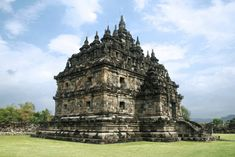 Over a thousand years old, Plaosan Temple is located in a small farming village in Indonesia, surrounded by rice paddies and banana trees. Buddhist Architecture, Indian Architecture, Best Travel Clothes, Java, Le Village, Palembang, Buddhist Temple, Yogyakarta, Antara