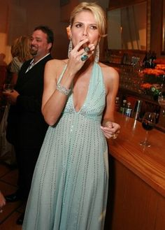 25 sexy female celebrities smoking cigars (25 pics) - Picture
