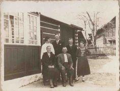 Przed domem rodzinnym siedzą Maria (z domu Jarosz) i Wojciech Sznajder, po prawej córka Anna, po lewej córka Karolina. Zdjęcie ze zbiorów Stefanii Wojnowskiej