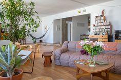 apto. leme | projeto: lili kemper e ernesto neto | sofá da linha strips, do italiano cini boeri, e piso de madeira original dos anos 1970