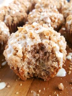 Coffee Cake Banana Bread Muffins - Moist banana muffins with a buttery crumb topping spiced with the perfect amount of cinnamon and drizzled with a creamy vanilla glaze. Another great recipe for using up those overripe bananas. Moist Banana Muffins, Banana Coffee Cakes, Ripe Banana Recipe, Crumb Coffee Cakes, Banana Crumb Muffins, Coffee Cake Muffins, Banana Recipes, Easy Cake Recipes, Muffin Recipes