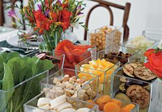 Que tal distribuir os ingredientes da salada em quadrados de vidro? Assim, cada um monta a sua