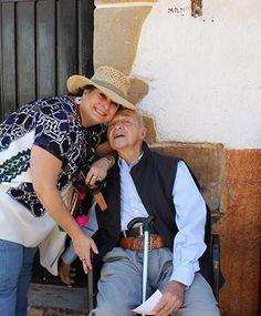 Adriana Pérez de Legaspi y el Padre Carlitos quien dejo de oficiar misa los sabados en las tardes en la Capilla de San Pedro porque ya esta muy cansado...