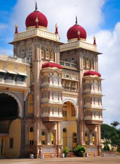 Mysore Royal Palace in Mysore India Indian Temple Architecture, India Architecture, Ancient Greek Architecture, Gothic Architecture, Unique Buildings, Beautiful Buildings, Varanasi, Rishikesh, Mysore Palace