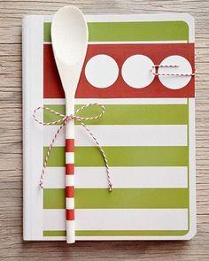 Um caderninho de receitas fofo, com estampa personalizada feita com recortes de papel colorido. A colherzinha pintada com as cores do caderno é um charme a mais.