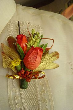 corn husk boutonniere by my quaint life, via Flickr:  http://www.flickr.com/photos/myquaintlife/3807784221/