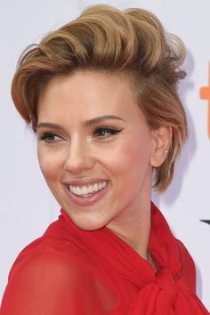 See Scarlett Johansson before plastic surgery and how her beauty look has changed over the years with her best red carpet moments. Pixie Hairstyles, Pixie Haircut, Scarlette Johanson Hair, Scarlett Johansson Hairstyle, Beautiful Celebrities, Short Hair Celebrities, Scarlett And Jo, Hollywood Actresses, Hair Goals