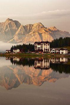 Lago di Misurina - Dolomites, province of Belluno, Veneto, Northern Italy Places Around The World, Oh The Places You'll Go, Around The Worlds, Wonderful Places, Beautiful Places, Beautiful Sky, Visit Italy, Northern Italy, Spain Travel