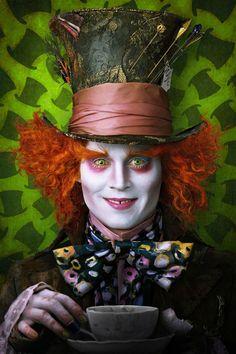 Alicia en el Páis de las Maravillas - Tim Burton.  El sombrerero loco. Locura en cada elementos, colores vivos y  enérgicos, formas indefinidas, cejas y pelo descolocado y una sonrisa chiflada.
