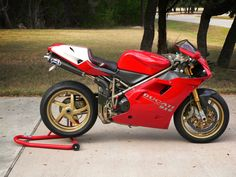 The bike that changed Ducati's fortunes and motorcycle design. The last purely analogue Ducati. Ducati 998, Moto Ducati, Ducati Superbike, Ducati Motorcycles, Monster Co, Mini 4wd, Motorcycle Design, Classic Motorcycle, Tuner Cars