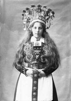 Digitalt Museum - Studiofotografi av kvinne med brudedrakt og brudekrone. Stående med utslått hår. 3/4 dels utsnitt. Frontalt vendt. Ser på betrakteren.