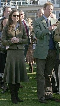 March 2007 ~ Prince William stands beside Kate Middleton in the paddock enclosure on the first day of the annual Cheltenham Race Festival at Cheltenham Race course, west of England. Prince William Wife, Kate Middleton Prince William, William Kate, Royal Fashion, Fashion Photo, Style Fashion, Fashion Outfits, Kate And Meghan, Rock