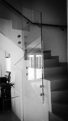 Barandilla de escalera en vidrio templado de seguridad Extraclaro de 15 mm de espesor con anclajes Mod. 0749 y pasamanos anclado a pared en acero 316 satinado de Q-railing España. Instalada ayer en Gran Canaria😍 💖  #QRailing #Ultraclear #Iloveglassrailing #templacruz